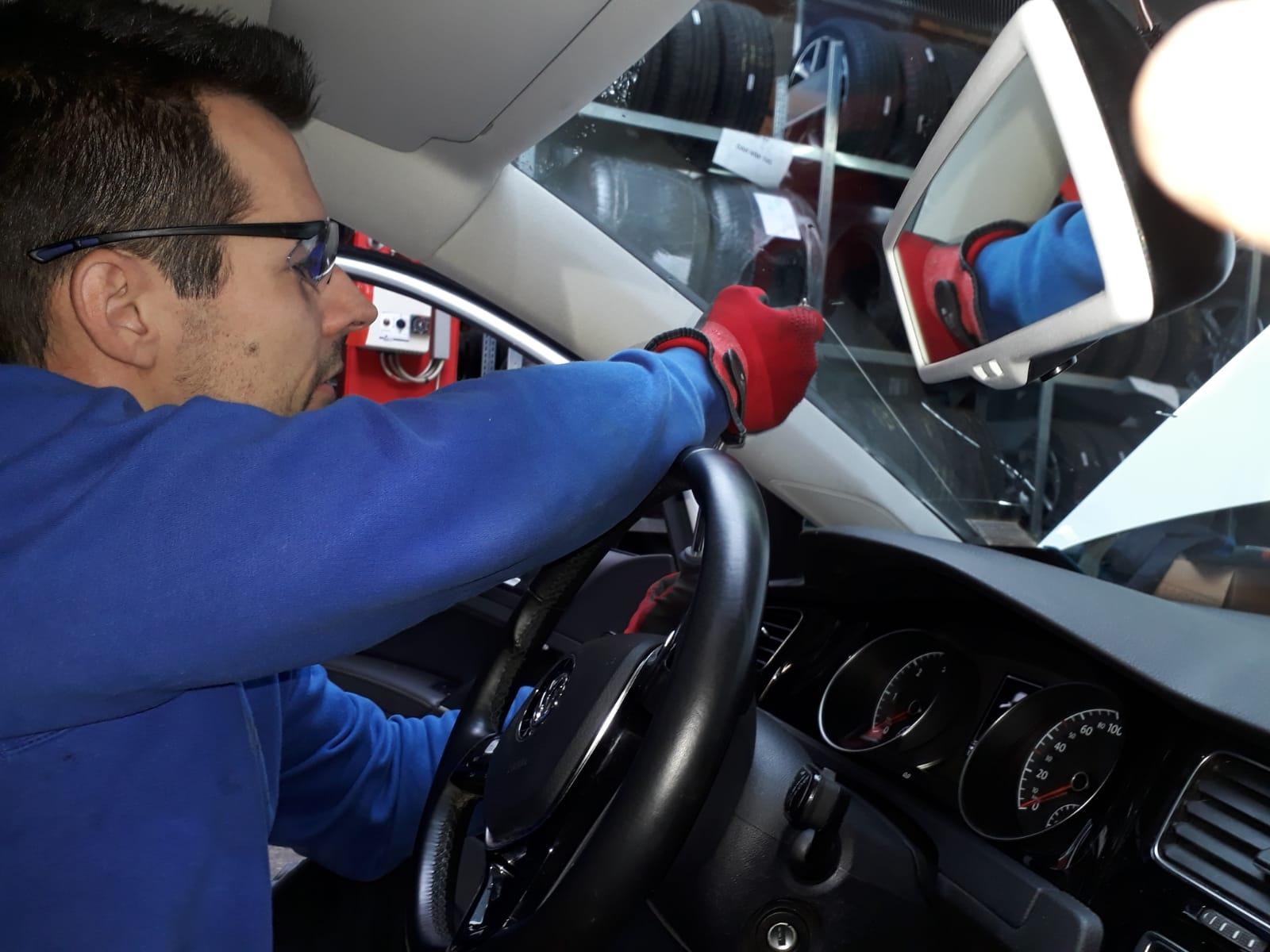Montagearbeiten im Fahrzeug-Innenraum