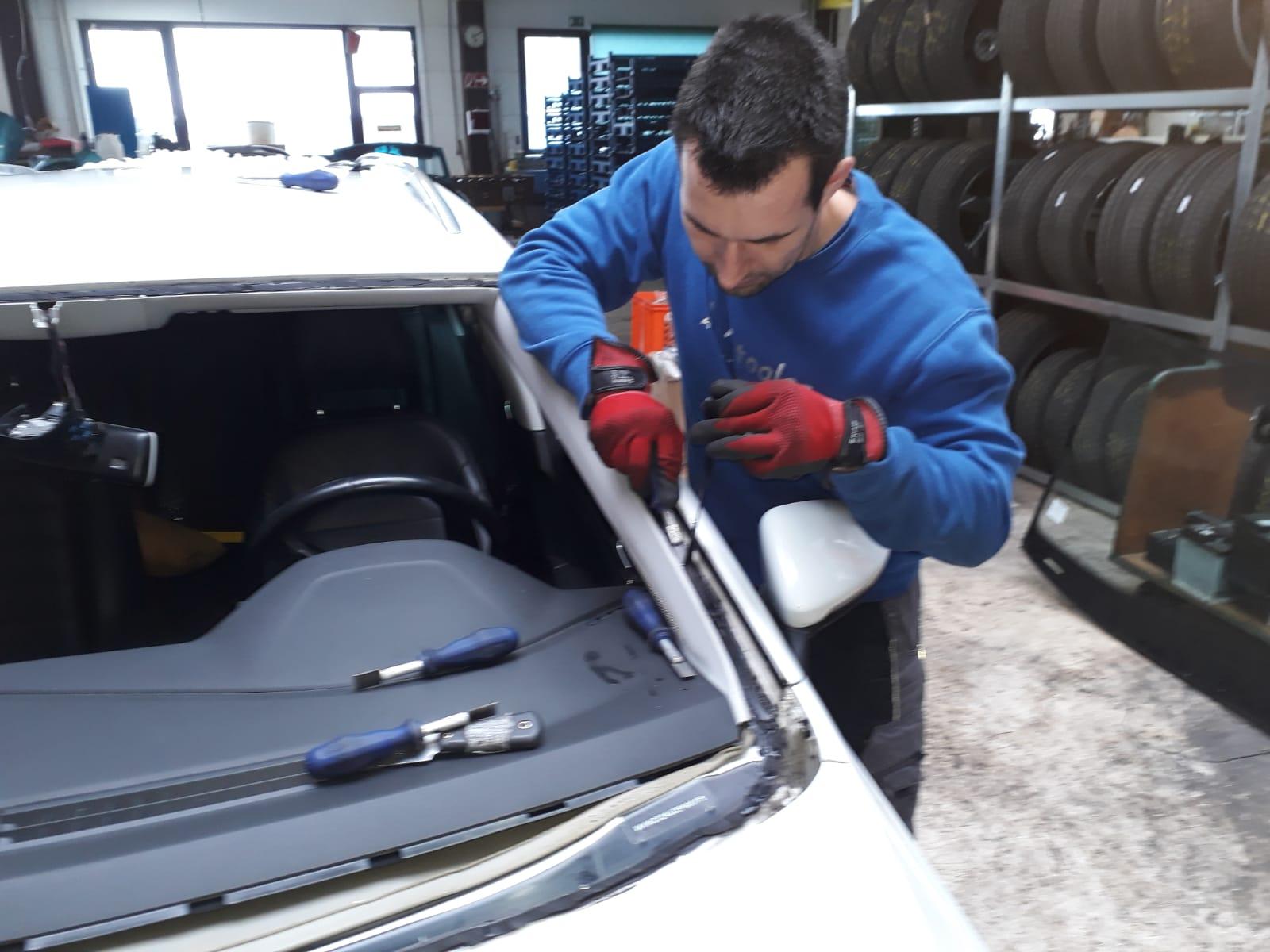 Entfernen der Klebereste vor Einbau der neuen Autoscheibe