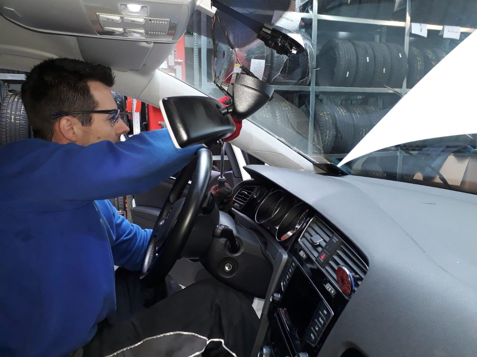 Montagearbeiten im Inneren des Fahrzeugs